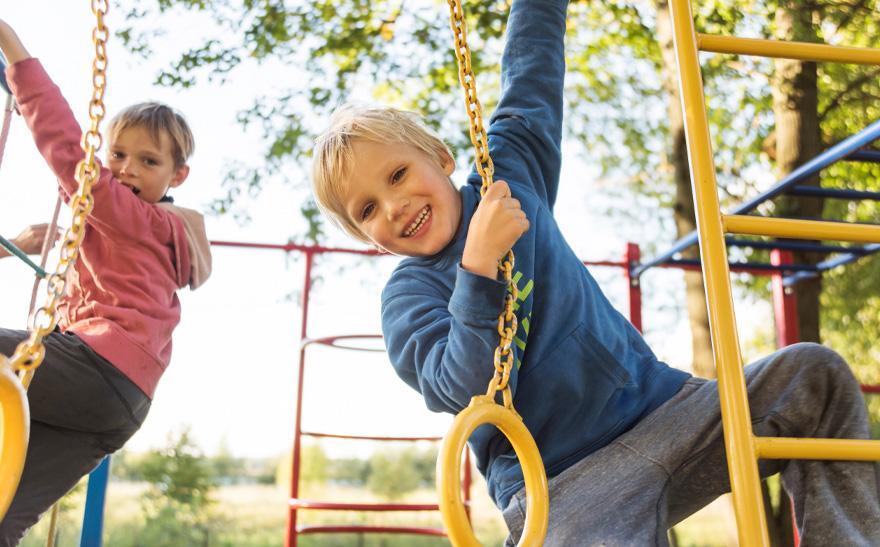 dzieci naplacu zabaw